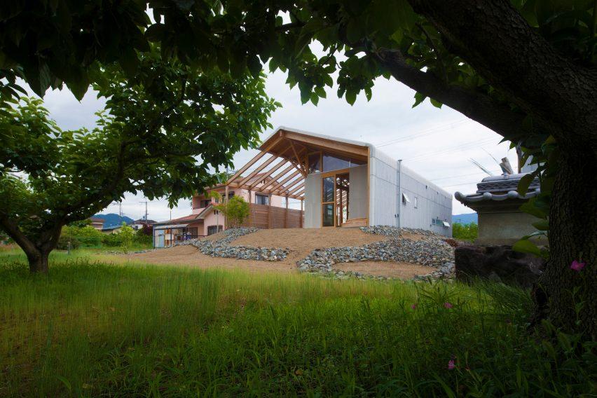 Casa hambar din beton si lemn